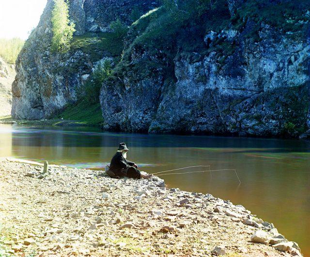 Сидел старик на берегу реки...