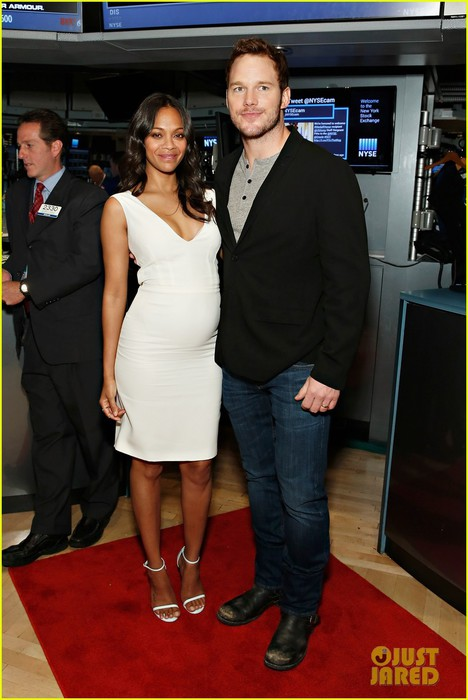 zoe-saldana-chris-pratt-strike-the-sassiest-poses-at-new-york-stock-exchange-01 (468x700, 76Kb)