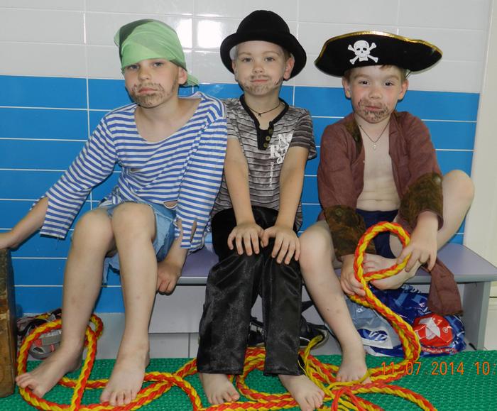 фото день Нептуна в детском саду, праздник в бассейне, фото дети в бассейне, дети в костюмах пиратов, костюм пирата,