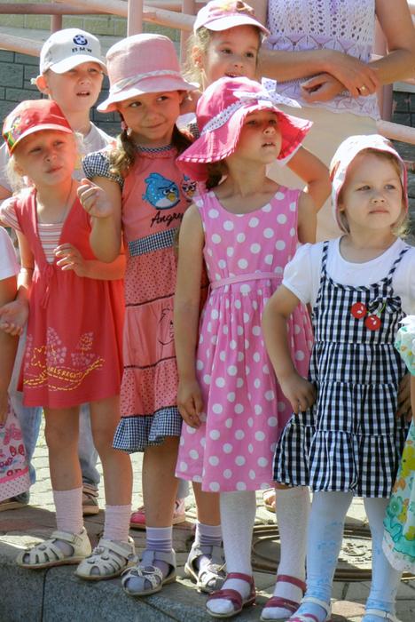 смешные фото с детьми, прикольные фото с детьми, фото симпатичных детей, праздник в детском саду, дети на празднике в детском саду, девочки в панамках, девочка в панамке шляпке, девочки в шляпках,