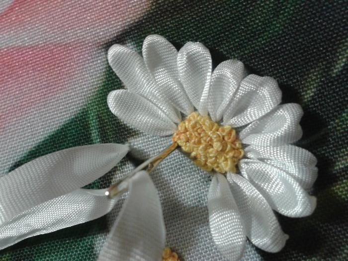 Вышивка лентами ромашки мк