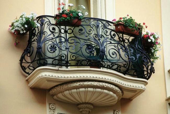 ажурная ковка, кованные работы, ковка в современном интерьере, кованные изделия на участке, кованный балкон балкончик,