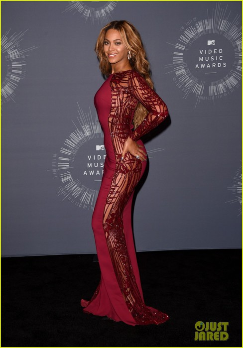 beyonce-shows-off-four-moonmen-in-vmas-press-room-08 (488x700, 66Kb)
