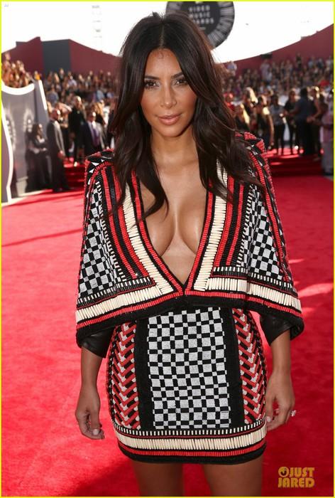kim-kardashian-kendall-kylie-mtv-vmas-02 (472x700, 115Kb)