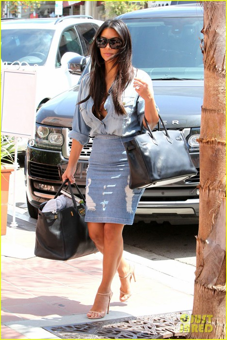 kim-kardashian-does-double-denim-lots-of-cleavage-on-family-outing-05 (468x700, 106Kb)