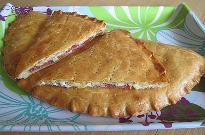 рецепт вкусных несладких пирогов, как испечь пирог с сыром творогом и колбасой,