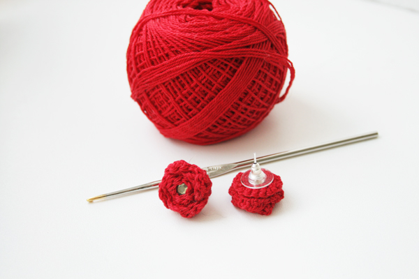 4188636_crochet_rose_earrings_with_materials (600x400, 126Kb)