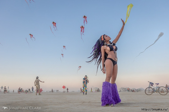 8502260-R3L8T8D-1000-burning-man-2013-cargo-cult-black-rock-city-jonathan-clark-dota-woman-withindian-headdress (700x466, 158Kb)