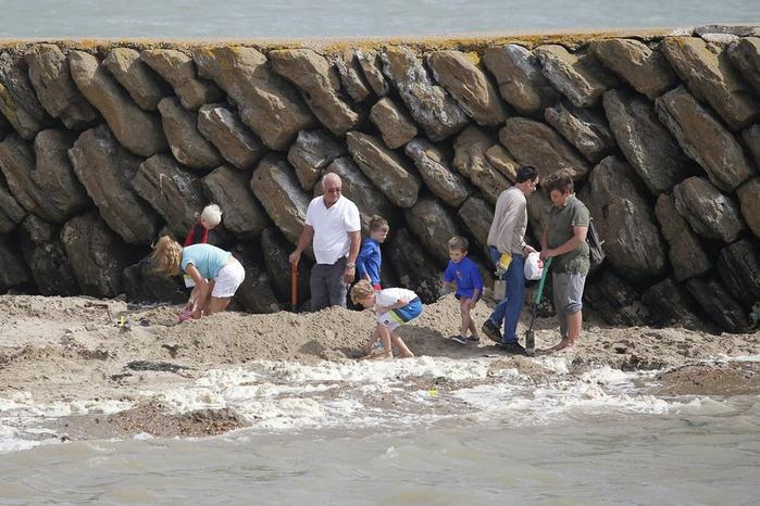 золотой клад на пляже в городе Фолкстон 2 (700x466, 368Kb)