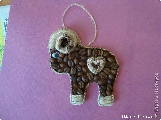 как сделать кофейный сувенир, новогодние сувениры своими руками, как сделать кофейного барашка,  что можно сделать из зерен кофе,  символ 2015 года,  Хьюго Пьюго рукоделие,