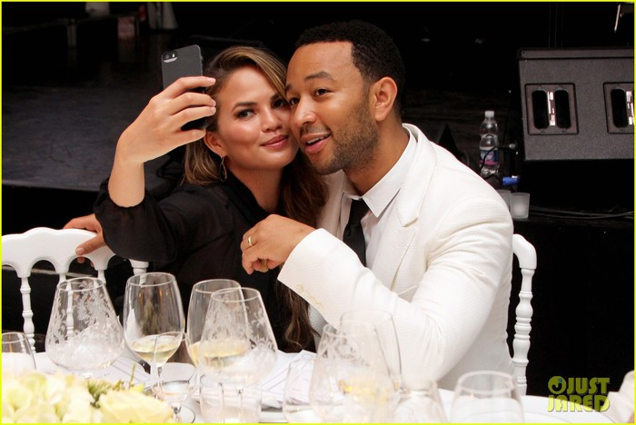 chrissy-teigen-john-legend-fight-night-dinner-05 (700x468, 74Kb)