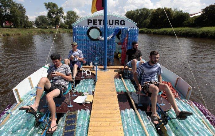 лодка из пластиковых бутылок 1 (700x444, 345Kb)