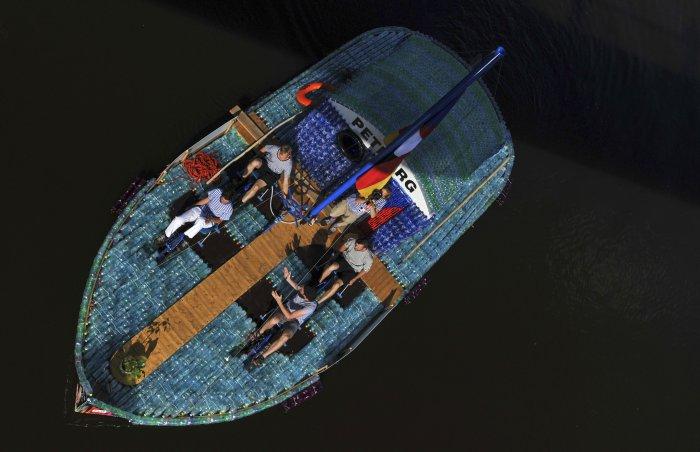 лодка из пластиковых бутылок 11 (700x452, 188Kb)