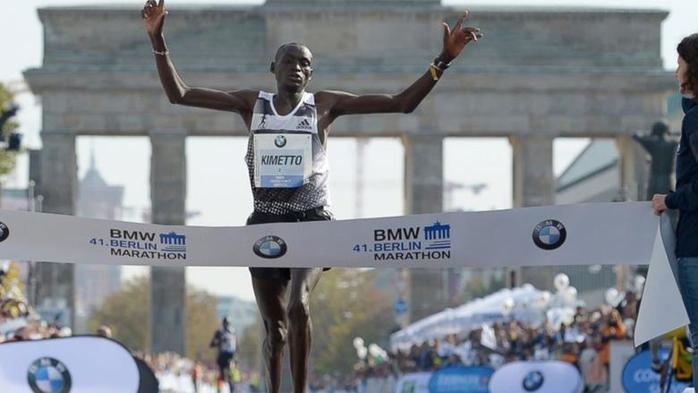 Мировой рекорд в марафоне установил бегун из Кении (2 ч 2 мин 57 с)