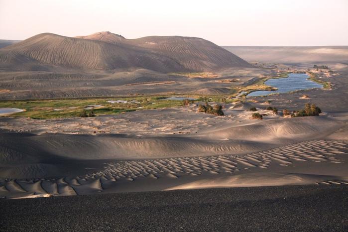 вулканический аози Вау-ан-Намус сахара 7 (700x466, 320Kb)