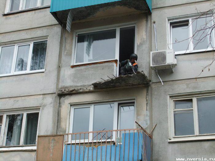 Обвалился балкон.