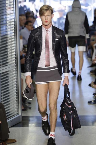 мальчик заглядывает под юбку: