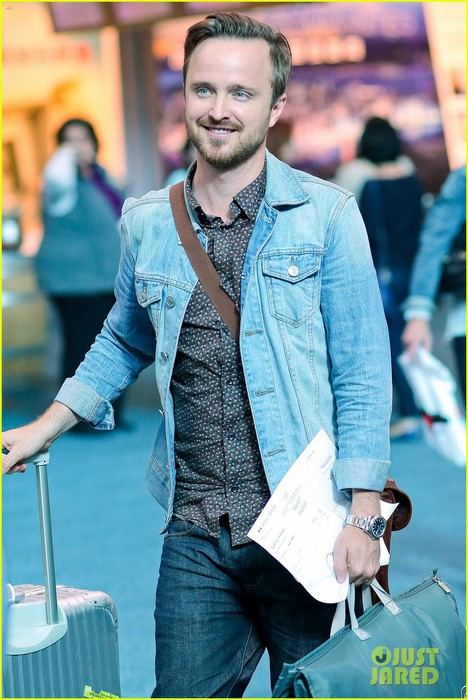 aaron-paul-looks-for-best-pizza-before-shoot-06 (468x700, 102Kb)