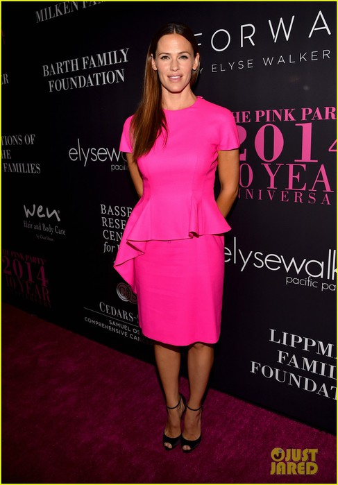 jennifer-garner-dresses-perfectly-to-host-the-pink-party-17 (487x700, 72Kb)