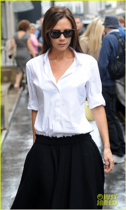 victoria-beckham-look-stylish-in-pouring-rain-02 (422x700, 66Kb)