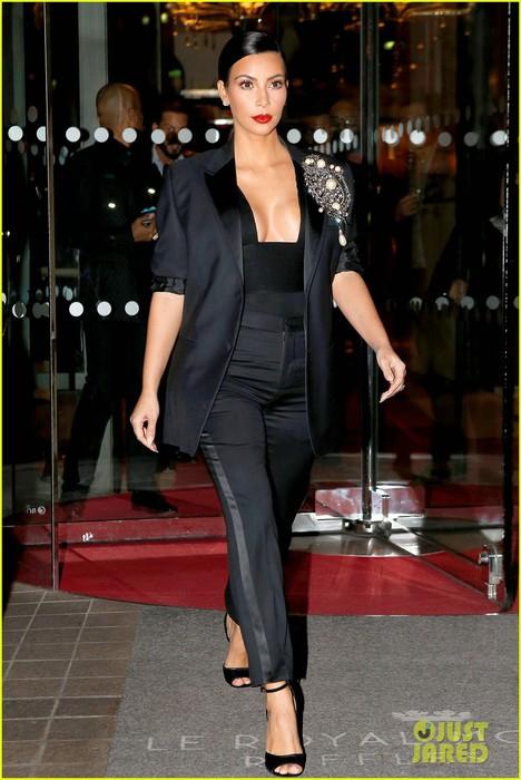 kim-kardashian-joins-kendall-jenner-gigi-hadid-at-carine-roitfeld-party-08 (468x700, 89Kb)