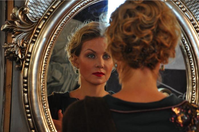 24.0 Женщина с зеркалом (700x464, 103Kb)