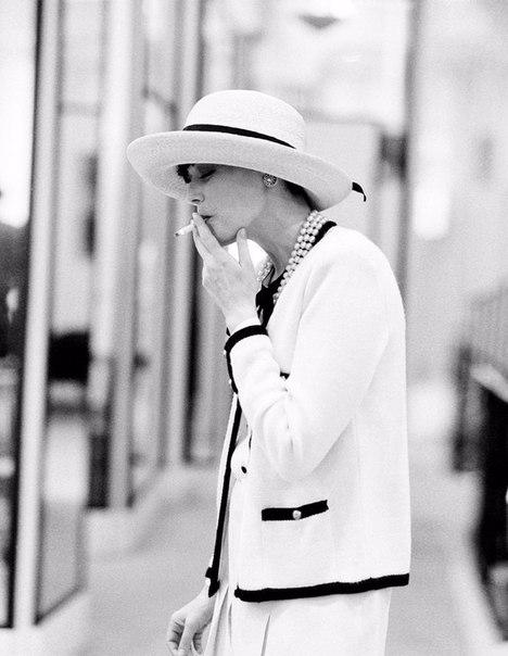 дев с сиг в шляпе шанель (468x604, 118Kb)