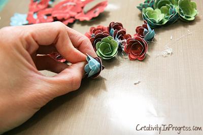cesta de papel de rosas con sus manos (10) (400x267, 166KB)