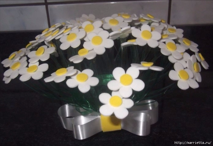 Букет цветов из пластиковой бутылки и фоамирана (1) (695x477, 152Kb)