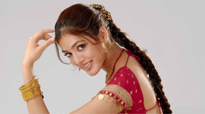 3509984_Parvati_Melton_Smiling_Side_Pose_In_Red_Dress (700x390, 302Kb)