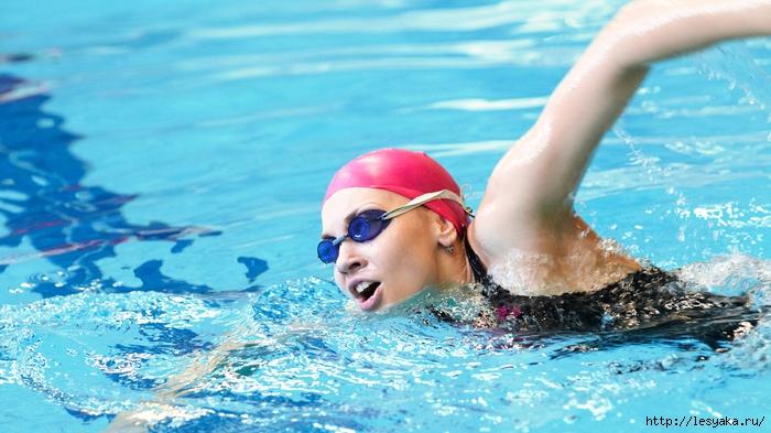 3925073_SelbstWettkampfschwimmeressenvordemSchwimmern_blog (700x393, 259Kb)