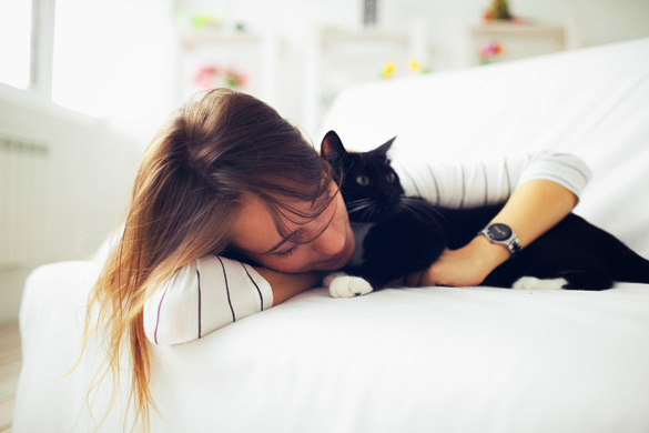 1397327411_Beautiful-girl-sleeps-with-a-cat (585x390, 44Kb)