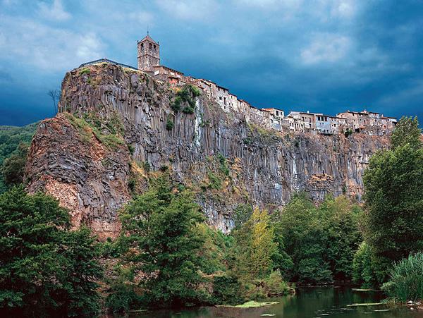3. Кастельфульит-де-ла-Рока, Испания. (600x451, 390Kb)