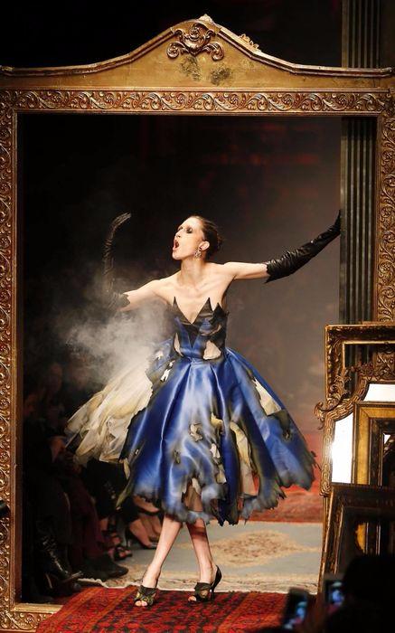 коллекция вечерних платьев Moschino 1 (437x700, 271Kb)