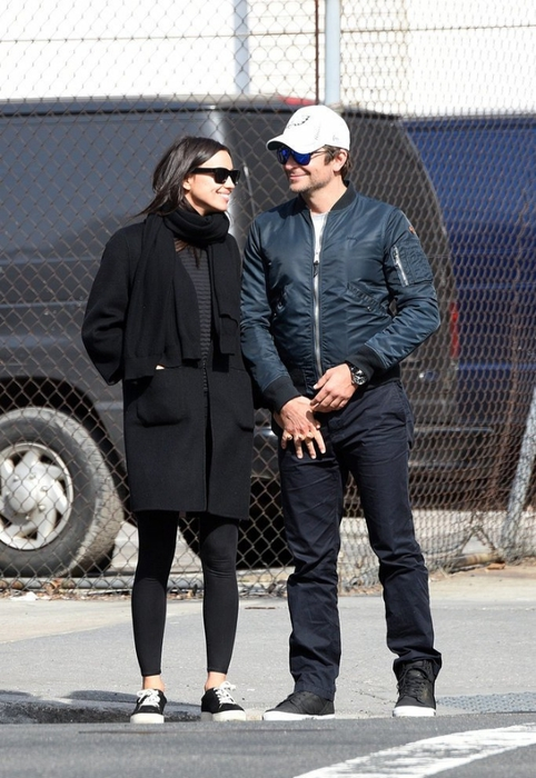 Bradley-Cooper-Irina-Shayk-Hold-Hands-NYC-March-2016 (482x700, 260Kb)