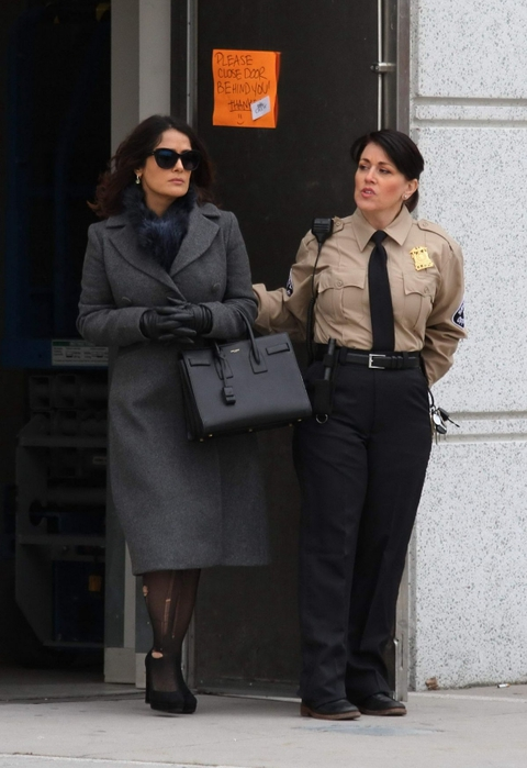 salma-hayek-at-set-of-drunk-parents-at-a-bronx-supreme-court_9 (480x700, 193Kb)