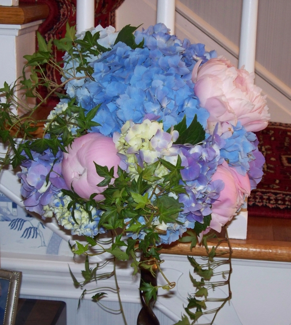 pink-peonies-blue-hydrangea-wedding-flower-arrangement (600x670, 483Kb)