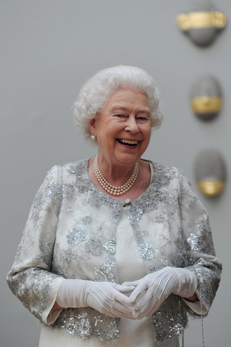 queen_laughing_v_24may12_pa_b_592x888 (466x700, 241Kb)