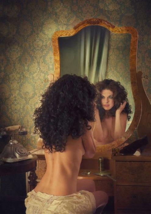 3. «На тридцатилетнюю Маргариту из зеркала глядела от природы кудрявая черноволосая женщина лет двадцати…» (495x700, 343Kb)