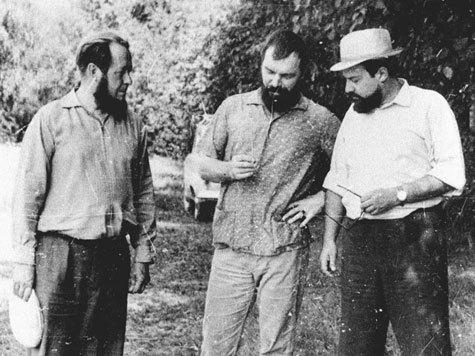 А. Солженицын, Александр Мень и художник Юрий Титов выбирают