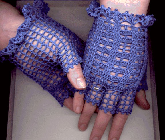 Ажурные перчатки связаны