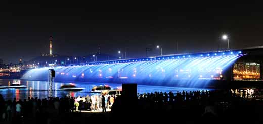 Светящиеся фонтаны моста Banpro в Сеуле