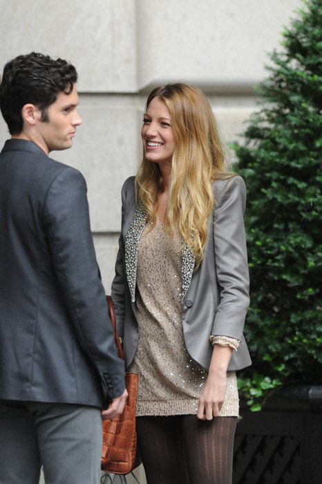 27843_Preppie_Blake_Lively_and_Penn_Badgley_filming_Gossip_Girl_in_the_rain_27_122_727lo (466x699, 97 Kb)