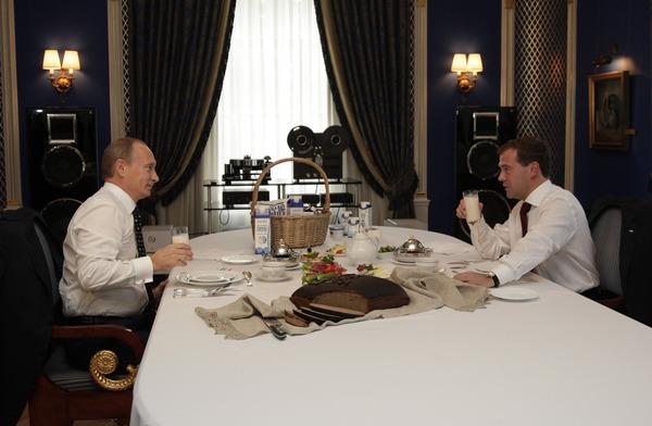 дмитрий медведев и владимир путин с бокалом молока и буханкой хлеба на выставке золотая осень