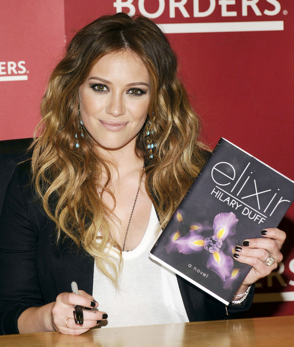 63169_Preppie_Hilary_Duff_signing_copies_of_Elixir_at_Borders_34_122_702lo (592x699, 151 Kb)
