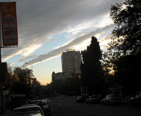 (593x485, 504Kb)Вечерами появляются вот такие тучи-колбаса, а днем часто в синем небе белоснежные штрихи, очень похожие на иероглифы, но совсем не похожие на облака