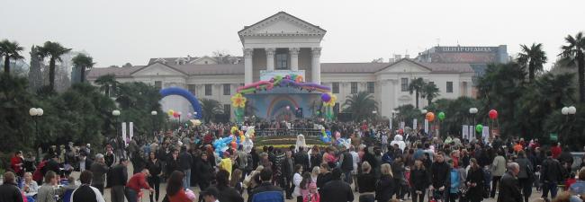 (650x225, 285Kb)На Площади искусств по обочинам столики, буфеты, мангалы, шашлык и прочая закусь, а в середине веселье