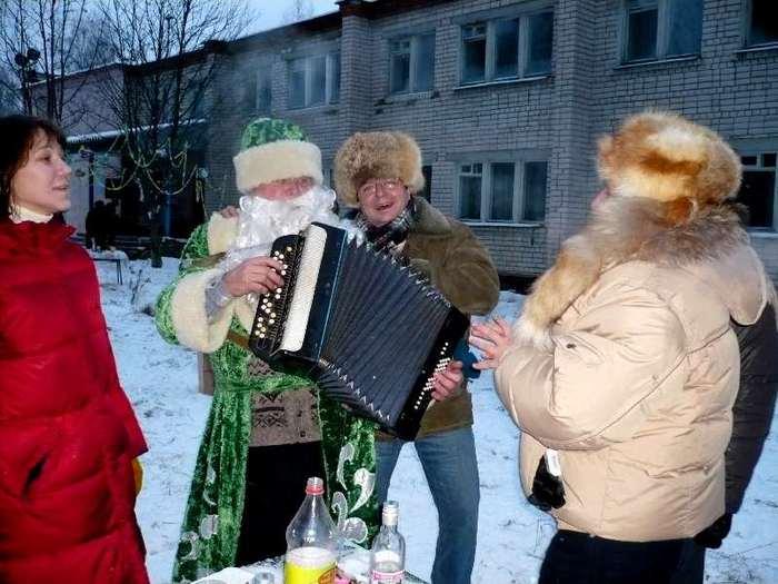 Дед Мороз играет на гармошке