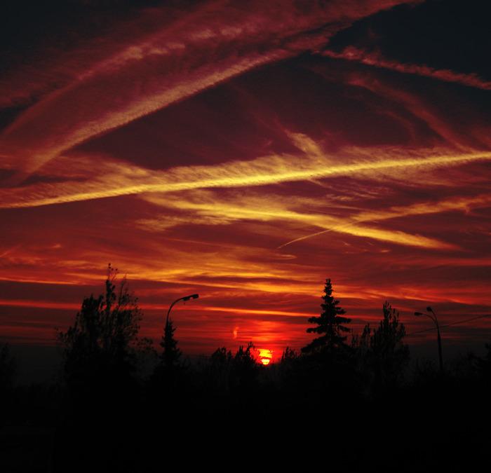 красный закат, кровавое небо, самолёты параллели