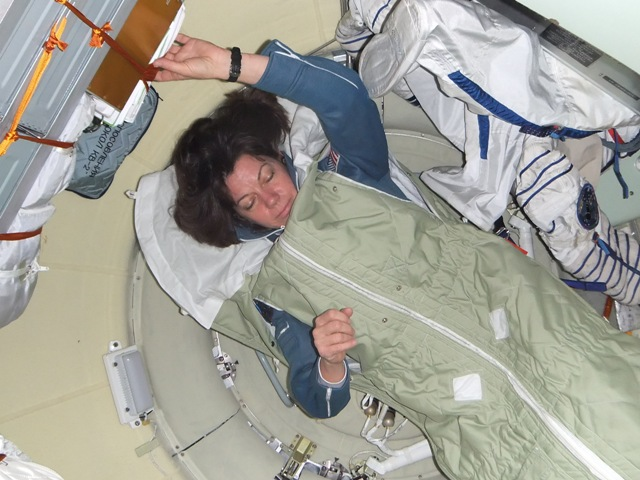 спать на космической орбите можно в любом месте и в любом положении